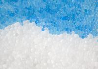 青と白のガラスの粒