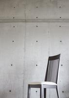 コンクリートの壁と椅子