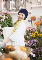 花屋の店員 11007064709| 写真素材・ストックフォト・画像・イラスト素材|アマナイメージズ