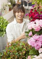 花屋の店員 11007064713| 写真素材・ストックフォト・画像・イラスト素材|アマナイメージズ