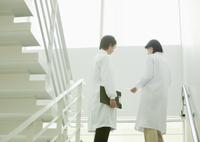 階段で会話する医師