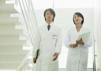階段を降りる医師