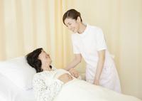 笑顔の看護師と患者 11007064867  写真素材・ストックフォト・画像・イラスト素材 アマナイメージズ