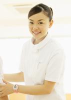 笑顔の理学療法士 11007064897  写真素材・ストックフォト・画像・イラスト素材 アマナイメージズ