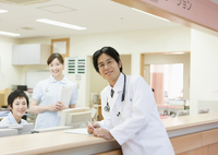 笑顔の医師と看護師 11007064913  写真素材・ストックフォト・画像・イラスト素材 アマナイメージズ
