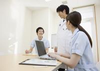 ミーティングをする医師と看護師