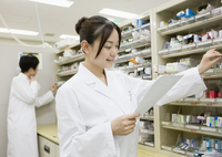 棚から薬をとる薬剤師