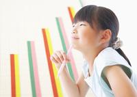 勉強する小学生の女の子と棒グラフ