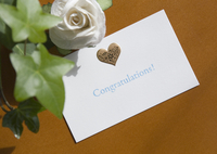 お祝いのメッセージカードとバラ