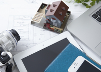 建築図面と建築模型とタブレットPC 11007065223| 写真素材・ストックフォト・画像・イラスト素材|アマナイメージズ