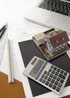 建築模型と電卓とタブレットPC