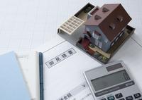 見積書と建築模型と電卓 11007065226| 写真素材・ストックフォト・画像・イラスト素材|アマナイメージズ