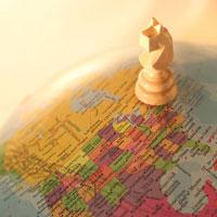 地球儀とチェスの駒
