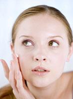 化粧をする外国人の女性 11010002929| 写真素材・ストックフォト・画像・イラスト素材|アマナイメージズ