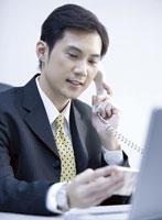 電話をする日本人の男性