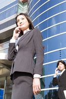 Businesswoman using cell phone 11010005949| 写真素材・ストックフォト・画像・イラスト素材|アマナイメージズ