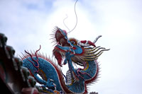 Dragon sculpture on roof against sky 11010006304| 写真素材・ストックフォト・画像・イラスト素材|アマナイメージズ