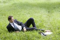 Man reclining on lawn 11010007573| 写真素材・ストックフォト・画像・イラスト素材|アマナイメージズ