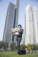 businessman looking at newspaper 11010010668| 写真素材・ストックフォト・画像・イラスト素材|アマナイメージズ