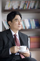 Businessman holding a cup of coffee 11010010901| 写真素材・ストックフォト・画像・イラスト素材|アマナイメージズ