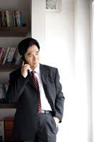 Businessman on the phone in office 11010010933| 写真素材・ストックフォト・画像・イラスト素材|アマナイメージズ