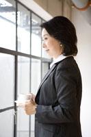 Businesswoman holding a cup of coffee 11010011050| 写真素材・ストックフォト・画像・イラスト素材|アマナイメージズ