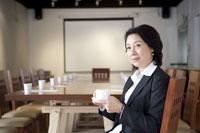 Businesswoman holding a cup of coffee 11010011065| 写真素材・ストックフォト・画像・イラスト素材|アマナイメージズ