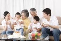 Family eating birthday cake 11010011119| 写真素材・ストックフォト・画像・イラスト素材|アマナイメージズ