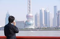 businessman using cell phone by rail 11010011321| 写真素材・ストックフォト・画像・イラスト素材|アマナイメージズ