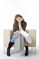 girl with chin on hand sitting on sofa 11010038451  写真素材・ストックフォト・画像・イラスト素材 アマナイメージズ