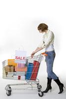 Teenage girl pushing shopping cart 11010038491  写真素材・ストックフォト・画像・イラスト素材 アマナイメージズ