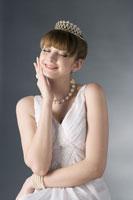 girl wearing crown & jewelries 11010038549  写真素材・ストックフォト・画像・イラスト素材 アマナイメージズ