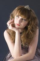 Teenage girl wearing formal dress 11010038579  写真素材・ストックフォト・画像・イラスト素材 アマナイメージズ
