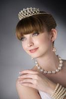 Teenage girl wearing jewelries 11010038580  写真素材・ストックフォト・画像・イラスト素材 アマナイメージズ