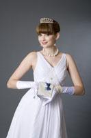 girl in formal dress holding gift 11010038651  写真素材・ストックフォト・画像・イラスト素材 アマナイメージズ