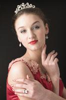 Teenage girl wearing jewelries 11010038663  写真素材・ストックフォト・画像・イラスト素材 アマナイメージズ