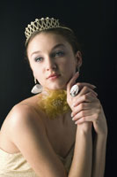 Teenage girl wearing crown 11010038676  写真素材・ストックフォト・画像・イラスト素材 アマナイメージズ