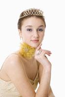 Teenage girl wearing crown 11010038683  写真素材・ストックフォト・画像・イラスト素材 アマナイメージズ