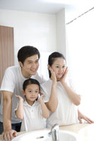 Family with daughter by bathroom sink 11010039482| 写真素材・ストックフォト・画像・イラスト素材|アマナイメージズ
