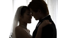 Groom & bride embracing about to kissing 11010039831| 写真素材・ストックフォト・画像・イラスト素材|アマナイメージズ