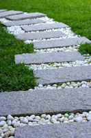 Stepping stones in garden 11010040725| 写真素材・ストックフォト・画像・イラスト素材|アマナイメージズ