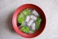 Close-up of a bowl of fish ball soup 11010042046| 写真素材・ストックフォト・画像・イラスト素材|アマナイメージズ
