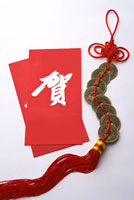 Red envelopes and a decoration made of Chinese copper coins 11010042453| 写真素材・ストックフォト・画像・イラスト素材|アマナイメージズ