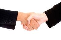 Close-up of two hands shaking together 11010043623| 写真素材・ストックフォト・画像・イラスト素材|アマナイメージズ