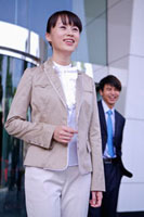 Young man and woman smiling happily and looking away 11010043715| 写真素材・ストックフォト・画像・イラスト素材|アマナイメージズ