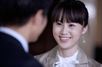 Young woman staring and smiling happily 11010043786| 写真素材・ストックフォト・画像・イラスト素材|アマナイメージズ