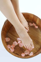 Young woman making spa treatment for barefoot 11010043979  写真素材・ストックフォト・画像・イラスト素材 アマナイメージズ
