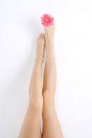 Close-up of young woman's legs 11010044005  写真素材・ストックフォト・画像・イラスト素材 アマナイメージズ
