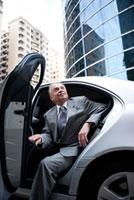 Senior businessman getting off the car 11010044184| 写真素材・ストックフォト・画像・イラスト素材|アマナイメージズ