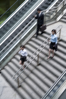 Business people hurrying down the stairs, blurred motion, el